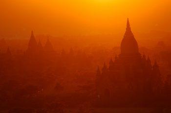 La magica valle di Bagan all'alba - Foto: © Roberto Gabriele 2005