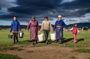 Donne al rientro dalla mungitura degli Yak. Foto: © Roberto Gabriele