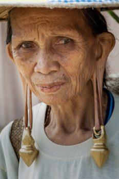 Donna con i tipici pesanti orecchini pendenti d'oro. Le persone così tipicamente conservate sono sempre più rare, potremmo non trovarne neanche una. Foto: © Roberto Gabriele 2008