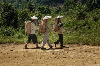 Donne che vanno al lavoro nei campi.. Foto: © Roberto Gabriele 2008
