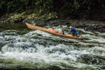 Una delle nostre barche nel Borneo indonesiano risale la corrente. Foto: © Roberto Gabriele 2008