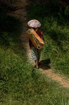 La gente nel 2008 andava ancora al lavoro con gli abiti tradizionali. Ora andremo a scoprire se è ancora così. Foto: © Roberto Gabriele 2008