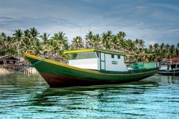Tipica barca locale ormeggiata in un paradiso nautico. Foto: © Roberto Gabriele 2008