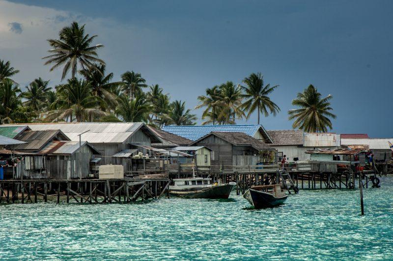 I semolici villaggi sul mare vivono di pesca e spesso sono costruiti su palafitte. Foto: © Roberto Gabriele 2008