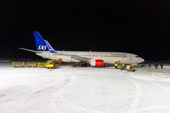 Aereo SAS su pista innevata, Oltre il Circolo Polare Artico questa è la norma. Foto realizzata in Svezia da Roberto Gabriele durante il Viaggio Fotografico nel 2015.