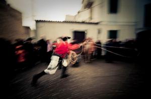 Mamoaiada - Issohadores prende al lazo una turista in segno di apprezzamento. Foto © Roberto Gabriele