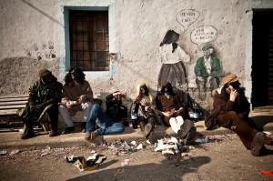Ovodda: irriverenza di gruppo tra personaggi mascherati in strada