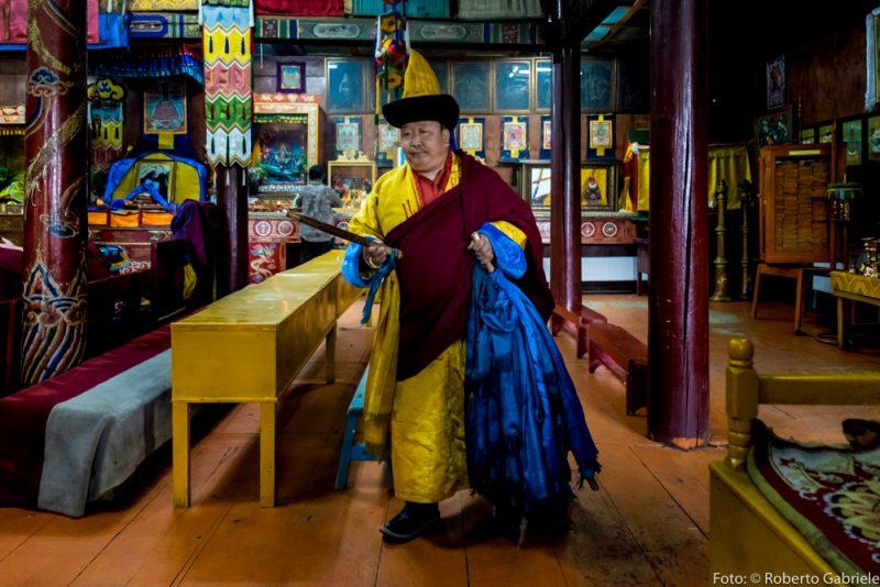 Un monaco benedice il monastero prima della funzione.