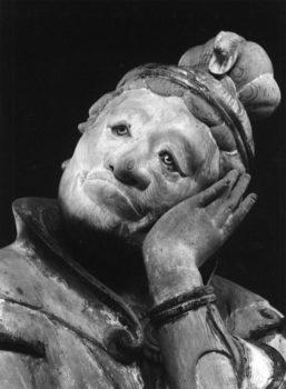 """Hitsuji (Pecora), dai dodici guardiani (jūnishinshō) del Murōji"", 1941 - 1943 Murōji, Nara 535 x 748 mm. (Ken Domon Museum of Photography)"
