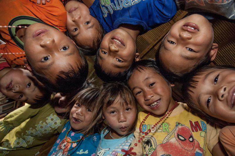 I bambini nei villaggi sono socievoli.
