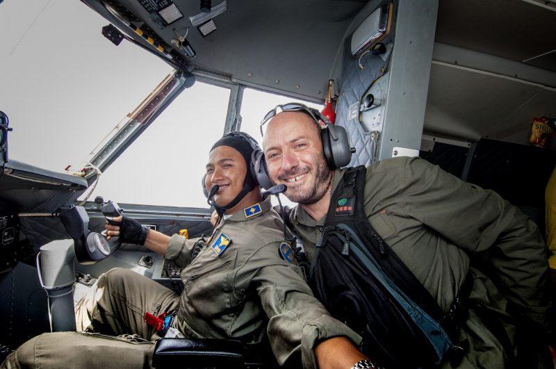 Volo militare durante il tour fatto nel Borneo indonesiano nel 2008. Foto: © Roberto Gabriele